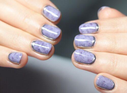 紫のタイダイネイル